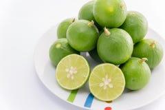 Zitrone auf Teller Stockbilder