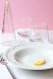 Zitrone auf weißer keramischer Platte Stockfotografie