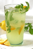 Zitrone-Basilikum-Cocktail Lizenzfreie Stockbilder