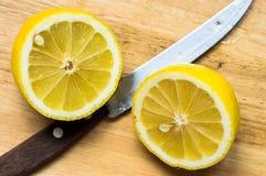 Zitrone beinahe eingeschnitten stockbilder