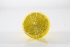 Zitrone beinahe eingeschnitten Lizenzfreie Stockfotos