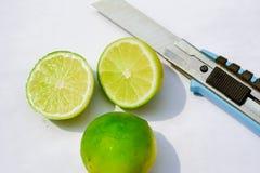 Zitrone cuting durch Messer Mit weißem Hintergrund lizenzfreie stockfotografie