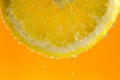 Zitrone in den Blasen Lizenzfreies Stockfoto