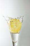 Zitrone in einem Glas Stockbild