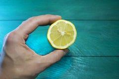 Zitrone in einer menschlichen Hand Lizenzfreie Stockbilder