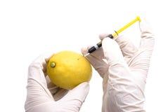 Zitrone eingespritzt mit Chemikalien Stockfoto