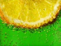 Zitrone in funkelndem Wasser 1 Stockbild