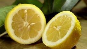 Zitrone geschnitten zur Hälfte unter Wassertropfen stock video footage
