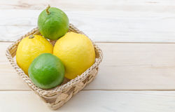 Zitrone gesetzt auf Holztisch Lizenzfreies Stockbild