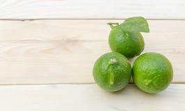 Zitrone gesetzt auf Holztisch Lizenzfreies Stockfoto