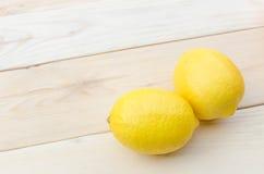 Zitrone gesetzt auf Holztisch Lizenzfreie Stockfotos