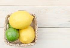 Zitrone gesetzt auf Holztisch Stockfotografie