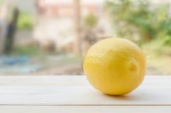 Zitrone gesetzt auf Holztisch Lizenzfreie Stockfotografie
