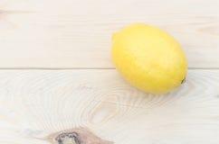 Zitrone gesetzt auf Holztisch Lizenzfreie Stockbilder