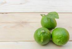 Zitrone gesetzt auf Holztisch Stockfoto