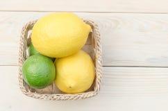 Zitrone gesetzt auf Holztisch Stockfotos