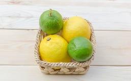 Zitrone gesetzt auf Holztisch Stockbild