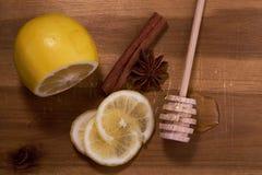 Zitrone, Gewürze und Honig an Bord stockfotografie