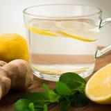Zitrone Ginger Tea mit weißem Hintergrund lizenzfreie stockbilder