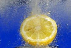 Zitrone im fizzy Getränk lizenzfreies stockfoto