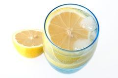 Zitrone im Wasser. lizenzfreie stockbilder