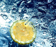Zitrone im Wasser lizenzfreies stockbild