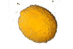 Zitrone im Wasser mit den Blasen lokalisiert auf weißem Hintergrund Stockbilder