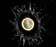 Zitrone im Wasserspritzen Lizenzfreie Stockfotografie