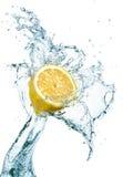 Zitrone im Wasserspritzen Lizenzfreie Stockbilder