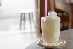 Zitrone Juice In Clear Glass stockbild