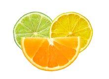 Zitrone, Kalk und orange Scheiben lokalisiert auf Weiß Stockfoto