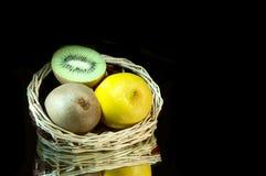 Zitrone, Kiwi und Korb. Stockfotos