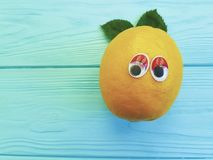 Zitrone lustig mit Augenkonzept auf einem hölzernen Hintergrund, komisch stockfotos