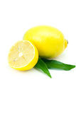 Zitrone mit dem grünen Blatt getrennt auf Weiß stockbilder