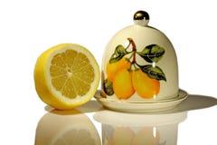Zitrone mit der Platte und Abdeckung getrennt auf Weiß Lizenzfreies Stockbild