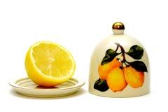 Zitrone mit der Platte und Abdeckung getrennt auf Weiß Lizenzfreie Stockfotos