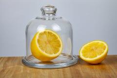 Zitrone mit einem transparenten Teller stockfotografie