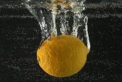Zitrone mit Luftblasen Lizenzfreie Stockfotos