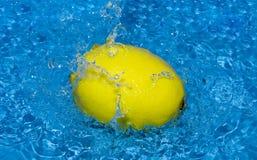 Zitrone mit Wasserspritzen Stockbilder