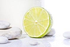 Zitrone mit weißen Steinen nahe Lizenzfreie Stockfotos