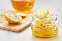 Zitrone mit Zucker ist in einem Glasgefäß Lizenzfreie Stockfotos