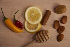 Zitrone, Nüsse, Gewürze und Paprika an Bord lizenzfreies stockbild