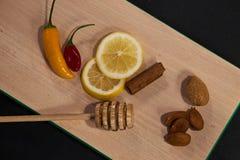 Zitrone, Nüsse, Gewürze und Paprika an Bord lizenzfreie stockfotografie