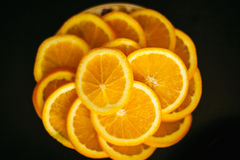 Zitrone oder orange Scheiben auf schwarzem Hintergrund stockfotografie