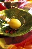 Zitrone, Paprikapfeffer und Schachtblätter Lizenzfreie Stockbilder