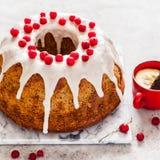 Zitrone Poppy Seed Bundt Cake stockbilder