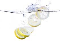 Zitrone-Scheiben im Wasser Stockfotos