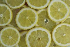 Zitrone schneidet Hintergrund stockfotografie
