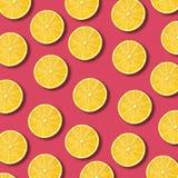 Zitrone schneidet Muster auf vibrierendem Granatapfelfarbhintergrund lizenzfreie stockfotografie