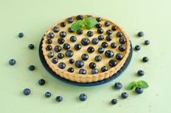 Zitrone Tartlet verziert mit Blaubeeren und Minze Stockbild
